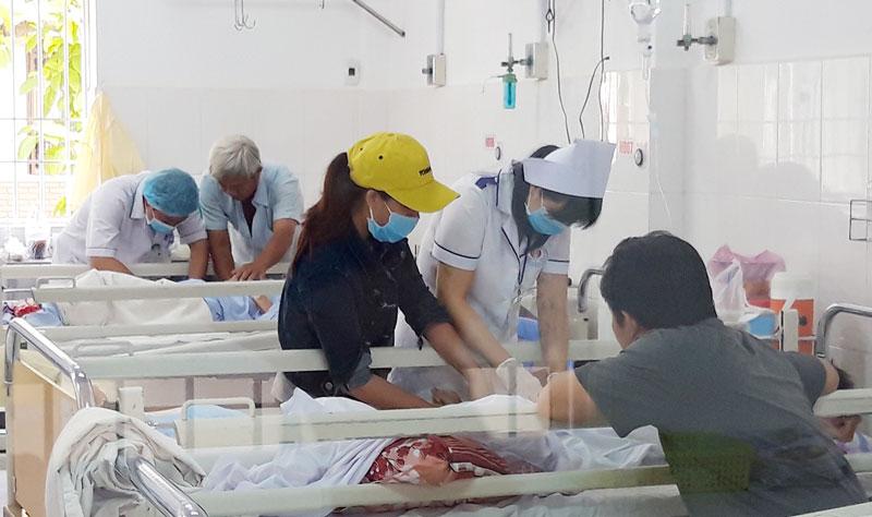 Y, bác sĩ bệnh viện Nguyễn Đình Chiểu tận tình chăm sóc bệnh nhân.