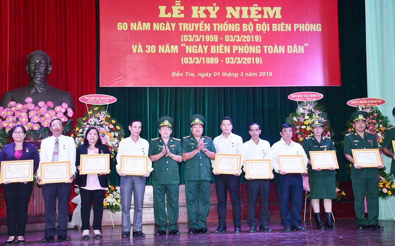 """Các cá nhân nhận kỷ niệm chương """"Vì chủ quyền an ninh biên giới Tổ quốc"""" và quà, thư chúc mừng của Bộ Tư lệnh Bộ đội Biên phòng. Ảnh: Q.Hùng"""
