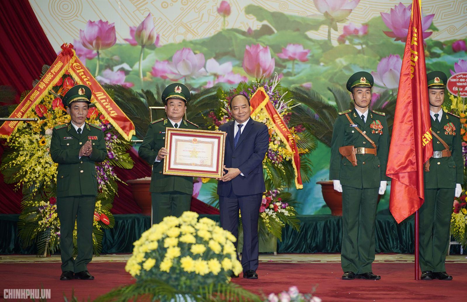 Thay mặt lãnh đạo Đảng, Nhà nước, Thủ tướng Nguyễn Xuân Phúc trao Huân chương Quân công Hạng Nhất tặng Bộ đội Biên phòng. Ảnh: VGP/Quang Hiếu