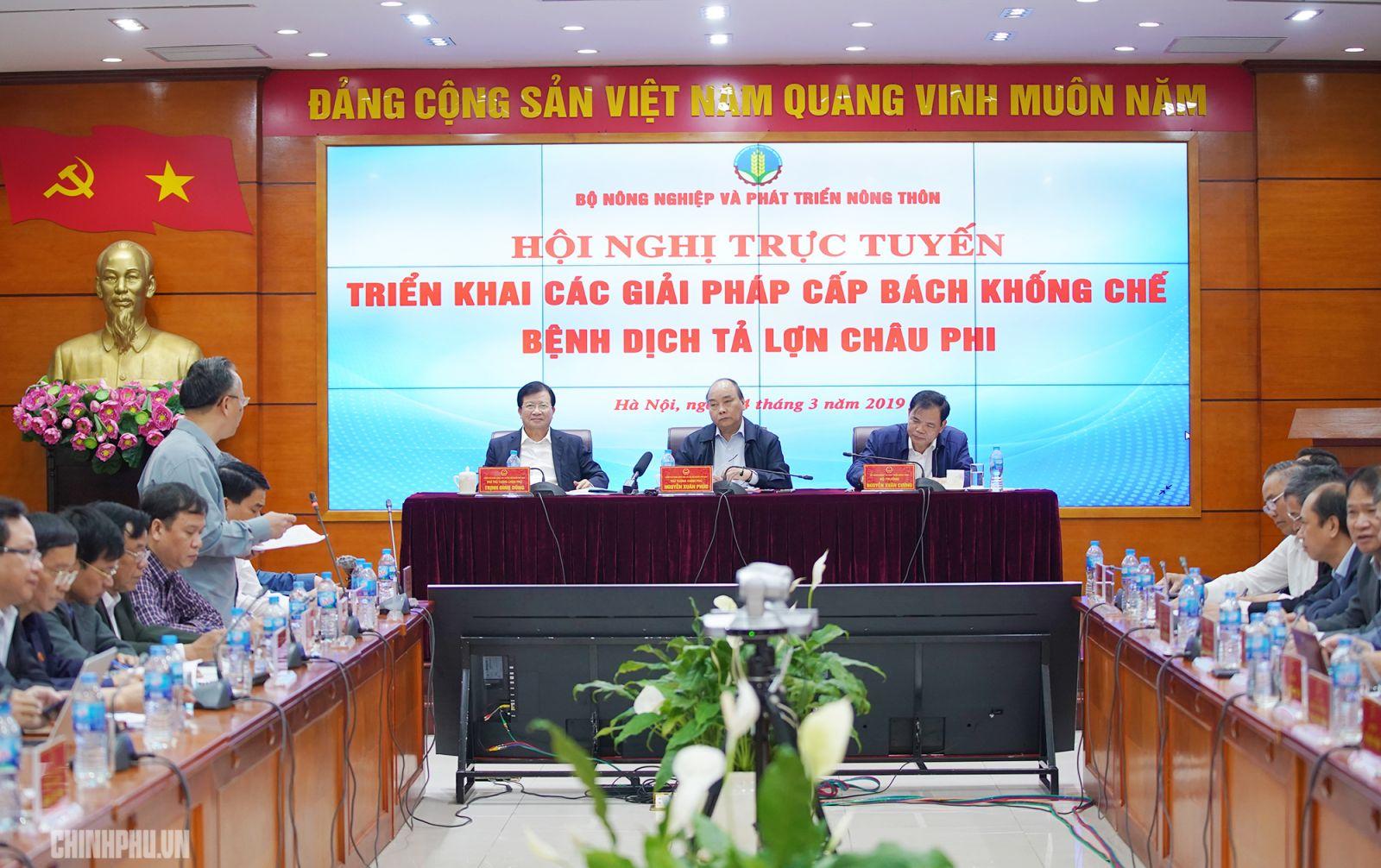 Thủ tướng Nguyễn Xuân Phúc chủ trì Hội nghị trực tuyến triển khai các giải pháp cấp bách khống chế bệnh dịch tả lợn châu Phi. Ảnh: VGP/Quang Hiếu