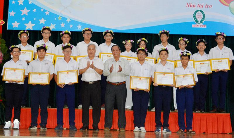Phó Chủ tịch UBND Nguyễn Hữu Phước và Giám đốc Sở GD&ĐT Lê Ngọc Bữu trao thưởng cho các em HS. Ảnh: A. Nguyệt