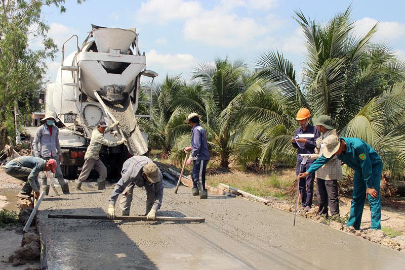Thi công làm lộ bê tông nông thôn tại xã Giao Hòa ngày 8-3-2019. Ảnh: H. Đức