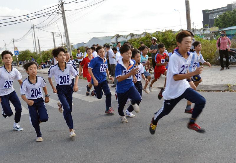 Đông đảo các em học sinh tham gia Giải Việt dã huyện Châu Thành.