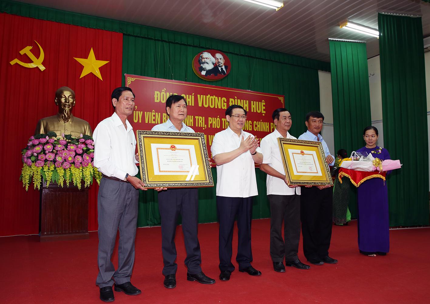 Phó thủ tướng Vương Đình Huệ trao Bằng công nhận của Thủ tướng Chính phủ đối với huyện Tiểu Cần và thị xã Duyên Hải hoàn thành nhiệm vụ xây dựng nông thôn mới. Ảnh: VGP/Thành Chung