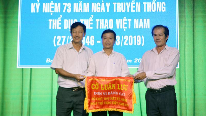 Trao cờ luân lưu cho đơn vị đăng cai họp mặt năm 2020.
