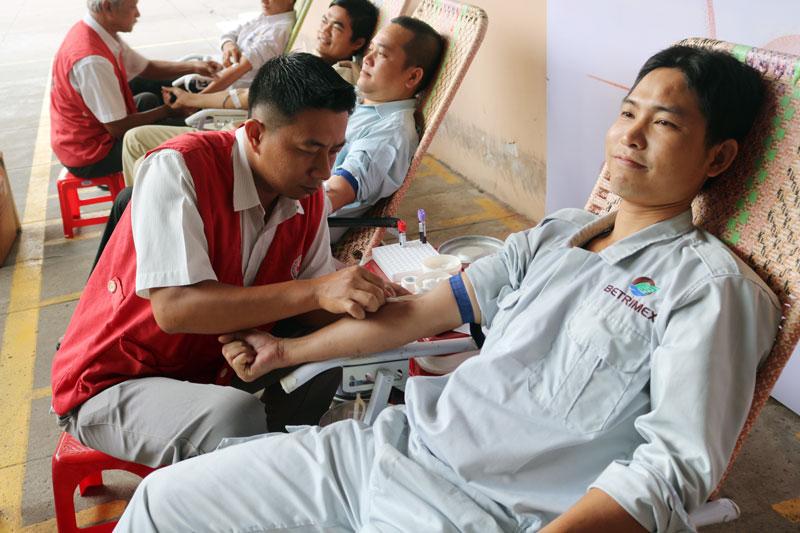 Nhân viên Công ty Betrimex tham gia hiến máu tình nguyện.