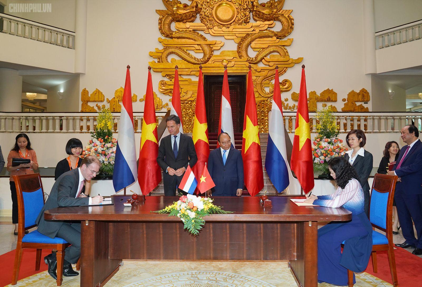 Thủ tướng Nguyễn Xuân Phúc và Thủ tướng Mark Rutte chứng kiến lễ ký kết hợp tác giữa các cơ quan, đơn vị của hai nước. Ảnh: VGP/Quang Hiếu