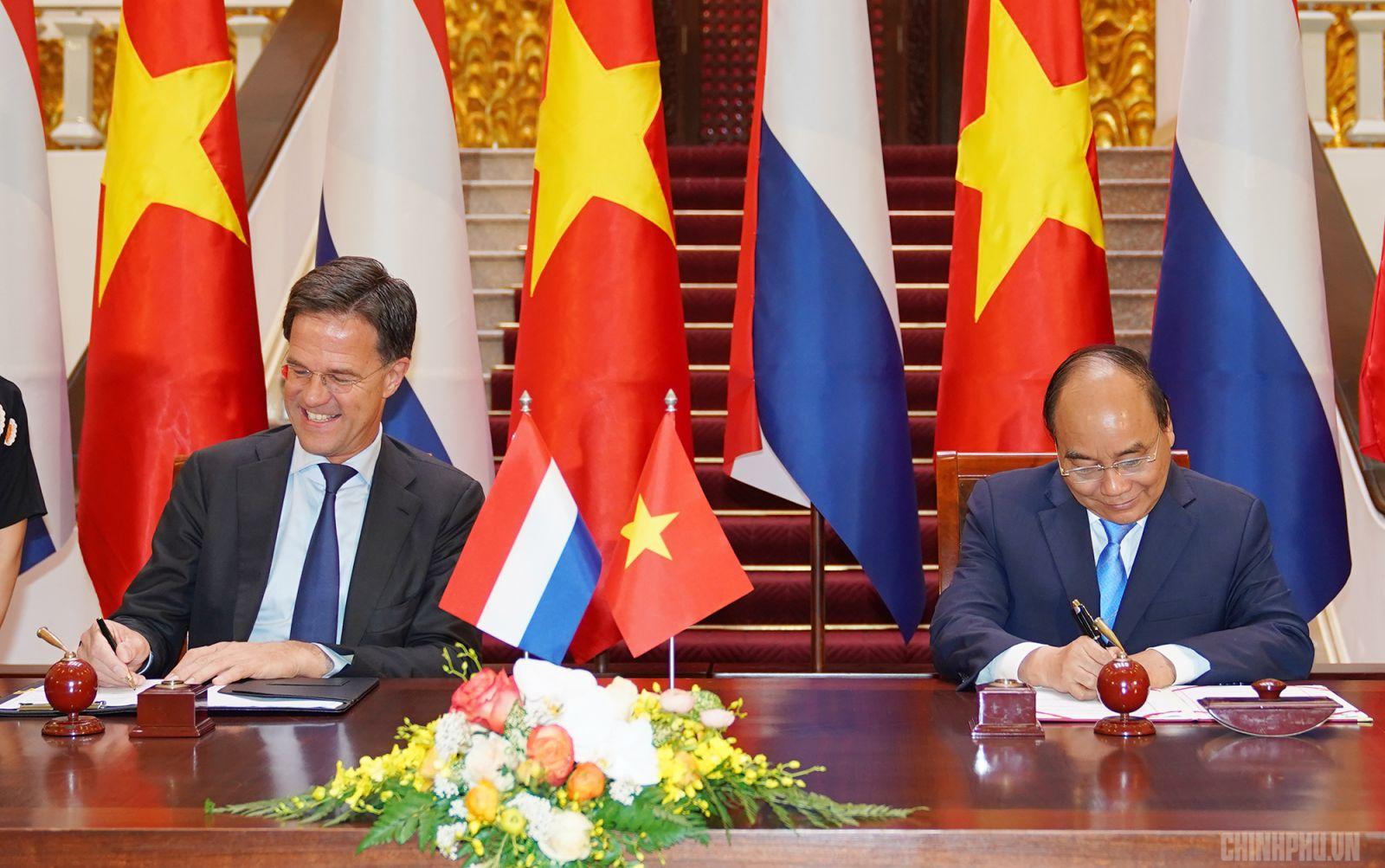 Thủ tướng Nguyễn Xuân Phúc và Thủ tướng Mark Rutte ký bản ghi nhớ giữa hai Chính phủ về hợp tác chuyển đổi nông nghiệp tại ĐBSCL. Ảnh: VGP/Quang Hiếu