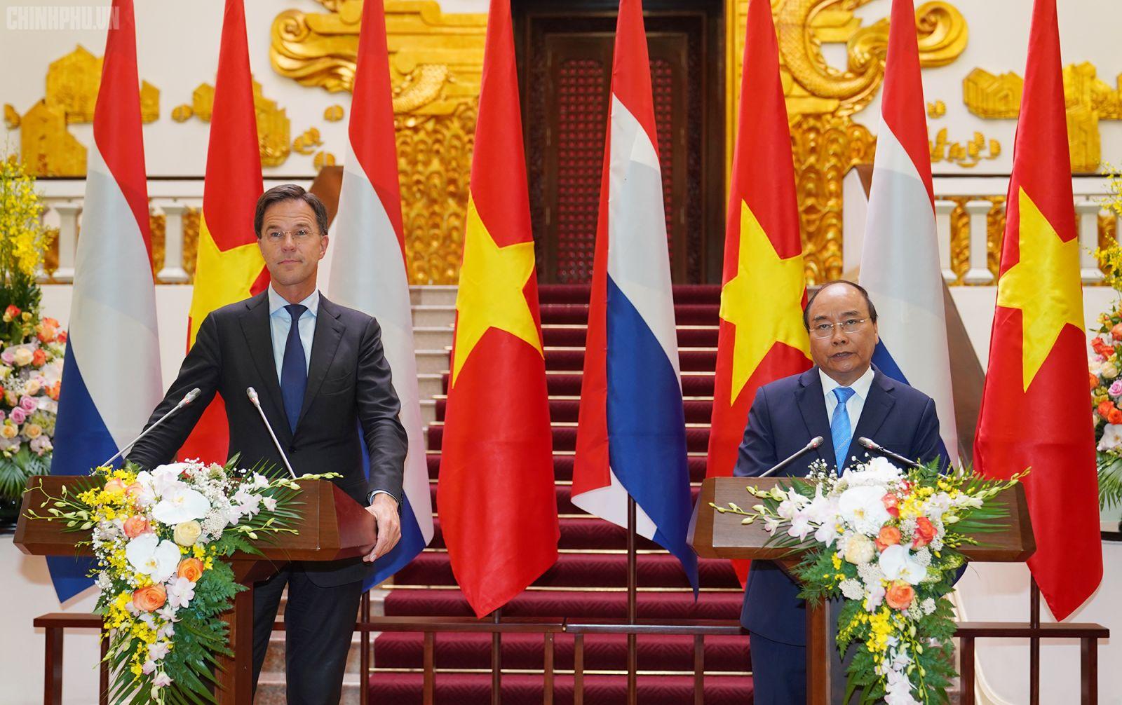 Thủ tướng Nguyễn Xuân Phúc và Thủ tướng Hà Lan Mark Rutte gặp gỡ báo chí chung sau hội đàm giữa hai bên. Ảnh: VGP/Quang Hiếu