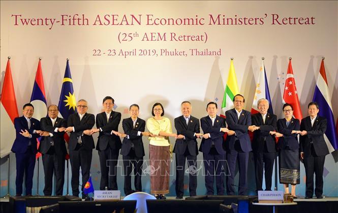 Thứ trưởng Bộ Công thương Trần Quốc Khánh (thứ 6, từ phải sang) cùng các bộ trưởng kinh tế ASEAN chụp ảnh chung. Ảnh: Ngọc Quang/Pv TTXVN tại Thái Lan