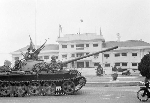 Lá cờ cách mạng tung bay trên nóc trụ sở Bộ Tổng tham mưu Ngụy quyền Sài Gòn lúc 11 giờ 30 phút ngày 30-4-1975. Ảnh: TTXVN