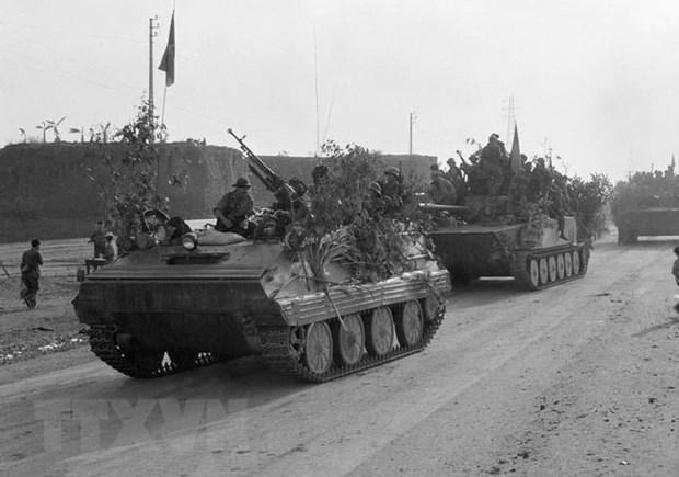 Cánh quân phía Đông Bắc của Quân giải phóng vượt xa lộ Biên Hòa, phát triển đánh thẳng về Sài Gòn sau khi tấn công tiêu diệt tập đoàn phòng ngự Biên Hòa, tiêu diệt và làm tan rã Sở chỉ huy Quân đoàn 3 ngụy, Sư đoàn Bộ binh số 18, lực lượng lính thủy đánh bộ, lính nhảy dù, lính thiết giáp ngụy ở Long Bình. Ảnh: Vũ Tạo/TTXVN