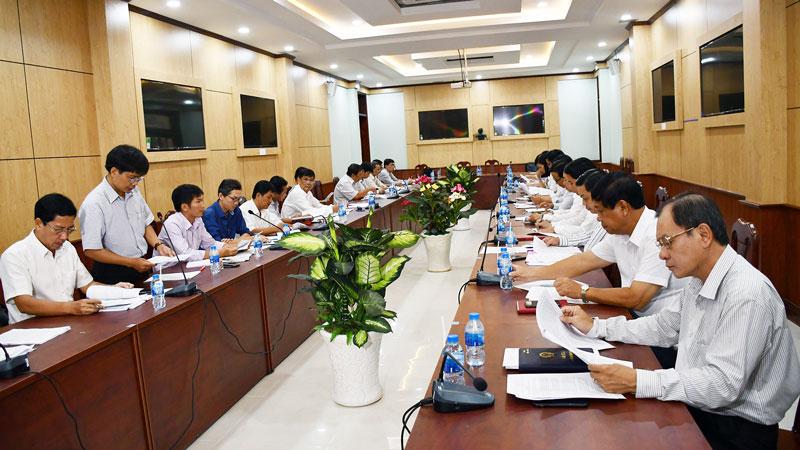 Đại biểu Sở Xây dựng trả lời chất vấn của đoàn giám sát HĐND tỉnh.