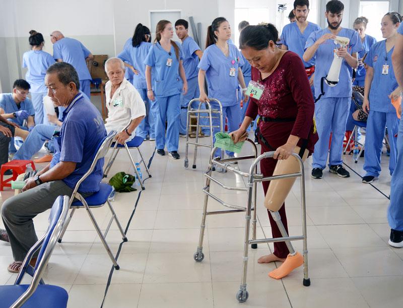 Bệnh nhân tập di chuyển sau khi lắp chân giả.