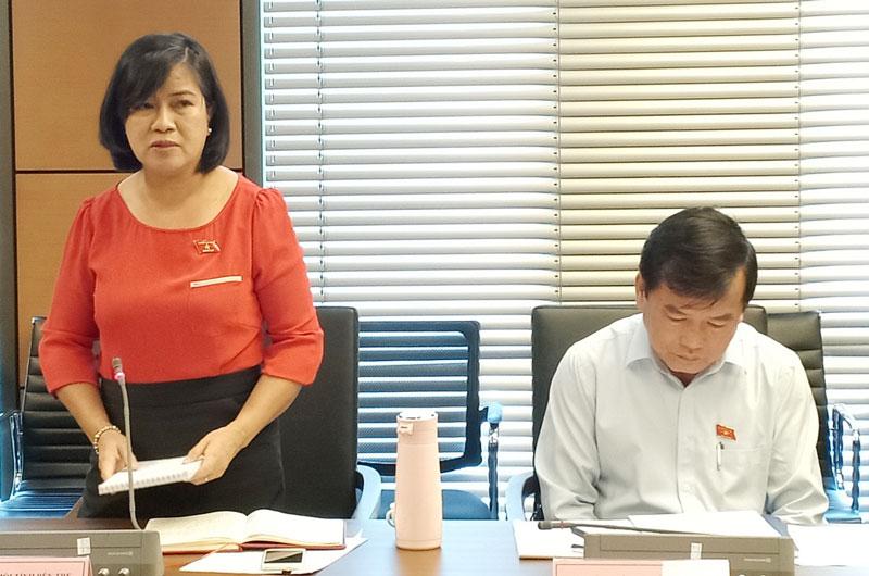 Đại biểu Nguyễn Thị Lệ Thủy - Ủy viên thường trực Ủy ban Khoa học, Công nghệ và Môi trường phát biểu tại phiên thảo luận.