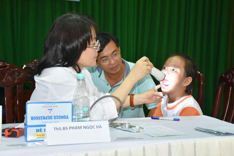 Bác sĩ đang khám, chữa bệnh cho các em