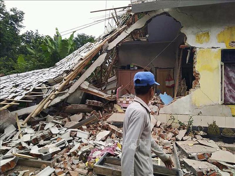 Nhà cửa bị phá hủy sau trận động đất ở Selong, Lombok, Indonesia, ngày 17-3-2019. Ảnh: AFP/TTXVN