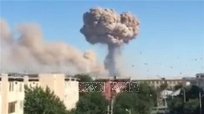 Khói bốc lên sau loạt vụ nổ kho đạn dược ở thành phố Arys, thị trấn Turkestan, Kazakhstan ngày 24-6-2019. Ảnh: AKIPRESS.COM/TTXVN