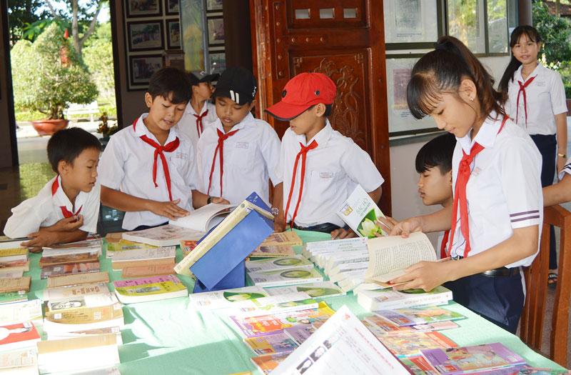 Trưng bày tư liệu sách về Nhà thơ Nguyễn Đình Chiểu và Văn hóa Bến Tre phục vụ du khách và các em học sinh tại Ngày hội 1-7.
