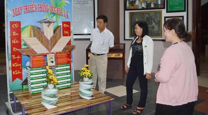 Giới thiệu nghệ thuật trưng bày sách tại Ngày hội truyền thống Văn hóa Bến Tre.