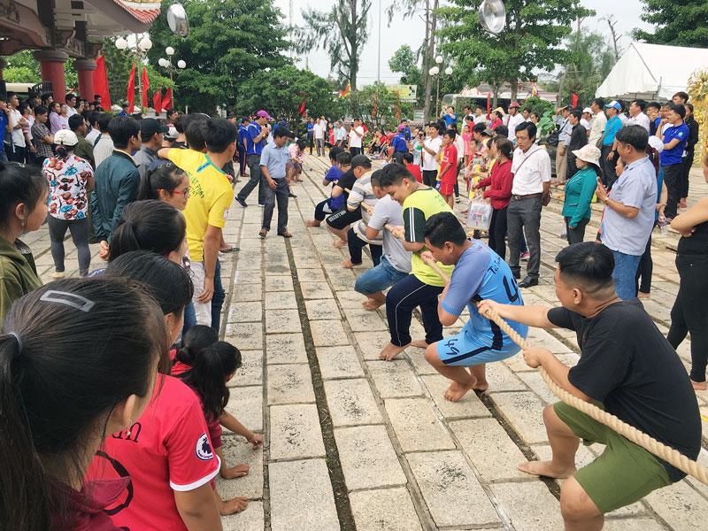 Nhân dân các xã trong huyện Ba Tri tham gia các trò chơi dân gian (trong ảnh trò chơi kéo co).