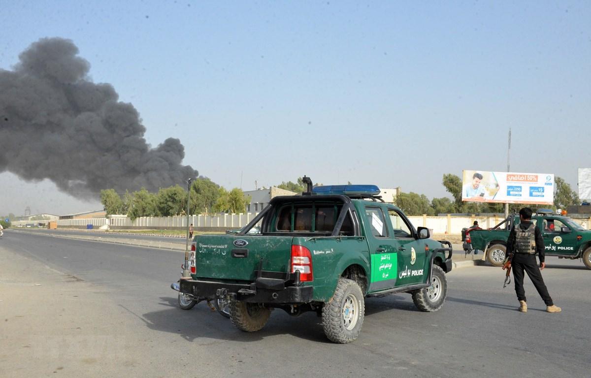 Cảnh sát Afghanistan phong tỏa hiện trường vụ đánh bom xe ở tỉnh Kandahar ngày 18-7-2019. Ảnh: THX/TTXVN