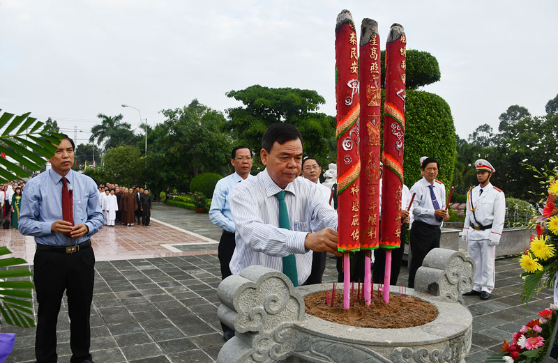 Các đại biểu viếng, thắp hương tưởng niệm.