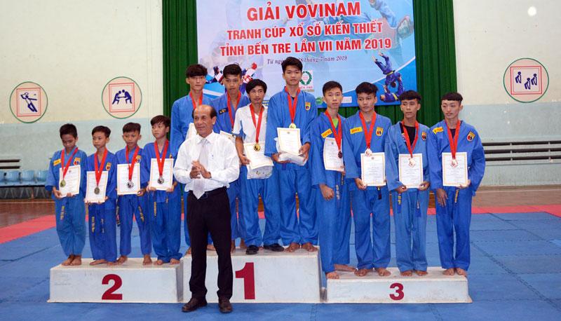 Ông Nguyễn Quốc Bảo - Chủ tịch Liên đoàn Vovinam Bến Tre trao giải cho các vận động viên ở một số nội dung kết thúc trước.