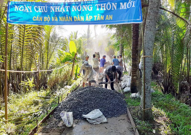 Ấp Tân An, xã Tân Bình ra quân xây dựng đường bê-tông.