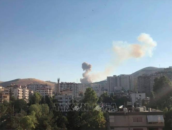 Khói bốc lên tại hiện trường vụ nổ kho quân sự ở Damascus, Syria ngày 15-6-2019. Ảnh: RT/TTXVN