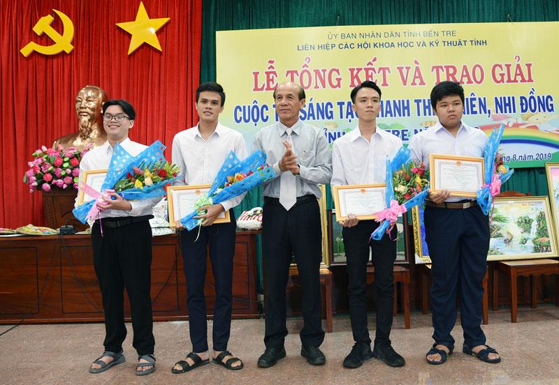 Ông Nguyễn Quốc Bảo - Chủ tịch Liên hiệp Các hội khoa học và kỹ thuật tỉnh trao giải nhì cho các tác giả.