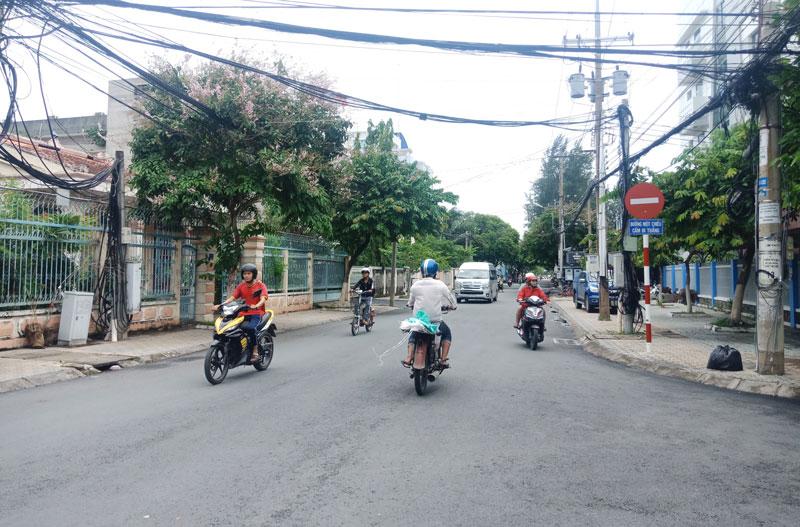 Nhiều trường hợp phương tiện tham gia giao thông đi ngược chiều trên tuyến đường 30-4.