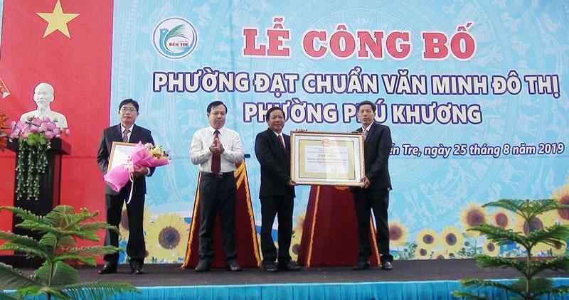 Lãnh đạo phường Phú Khương đón nhận bằng công nhận phường đạt chuẩn văn minh đô thị.