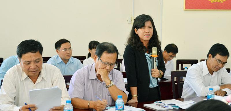 Đại biểu Hội Liên hiệp Phụ nữ tỉnh chia sẻ về vai trò của phụ nữ trong gia đình.