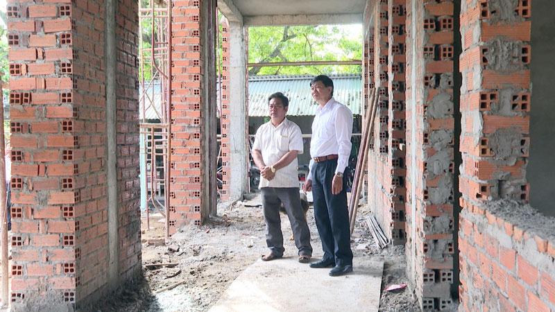 Lãnh đạo huyện kiểm tra tiến độ thi công Trường Tiểu học An Thuận.