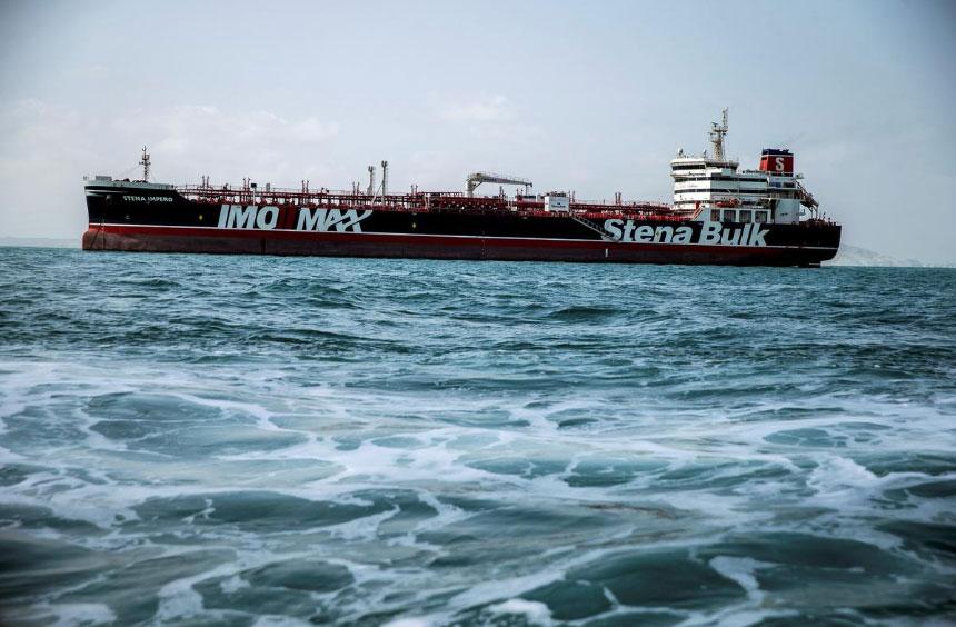 Một một tàu mang cờ Anh được nhìn thấy ngoài khơi Bandar Abbas, Iran.