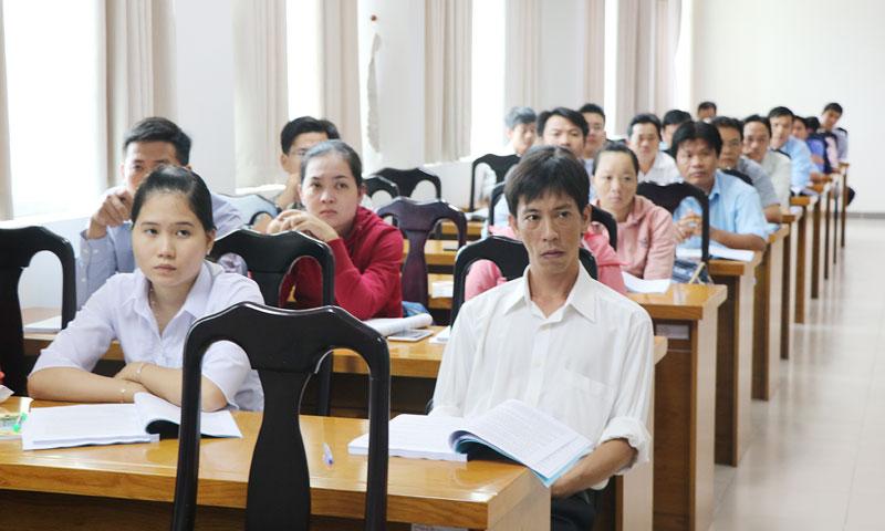 Các học viên chăm chú theo dõi giảng viên.