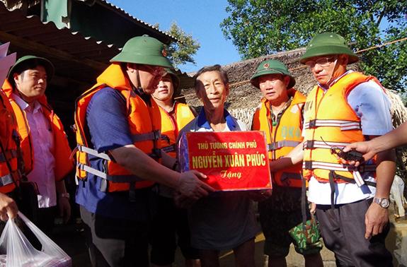 Phó Thủ tướng Vương Đình Huệ chuyển quà của Thủ tướng Chính phủ đến nhân dân vùng lũ.