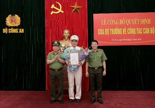 Thứ trưởng Bùi Văn Nam và Thứ trưởng Lương Tam Quang chúc mừng  Chánh Văn phòng Bộ Công an Tô Ân Xô. (Ảnh: Quang Minh)