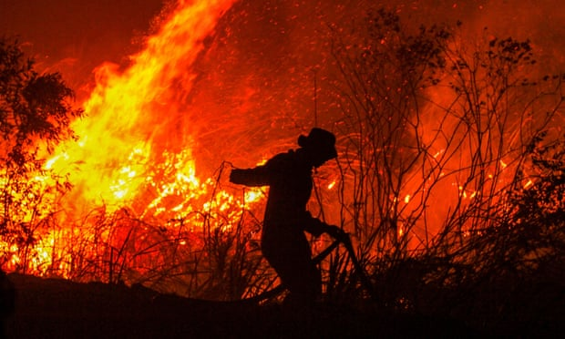 Lính cứu hỏa chiến đấu với lửa ở tỉnh Nam Sumatra. Ảnh: theguardian.com