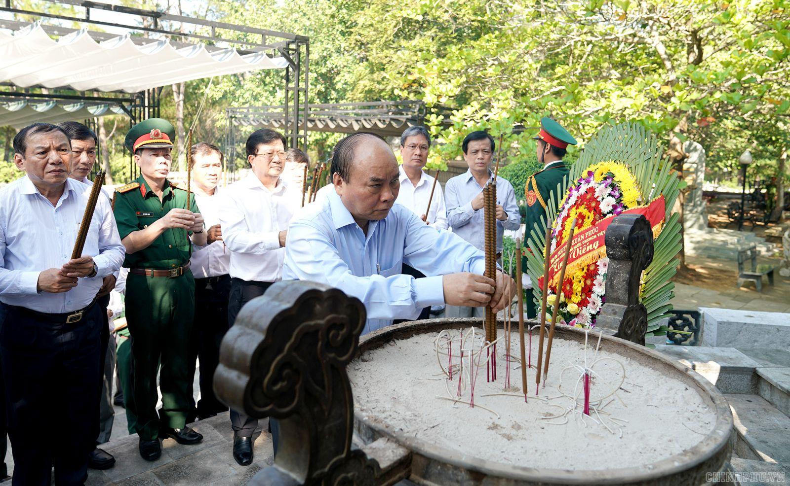 Thủ tướng Nguyễn Xuân Phúc, Phó Thủ tướng Trịnh Đình Dũng dâng hương tại Nghĩa trang Liệt sĩ quốc gia Trường Sơn -  Ảnh: VGP/Quang Hiếu