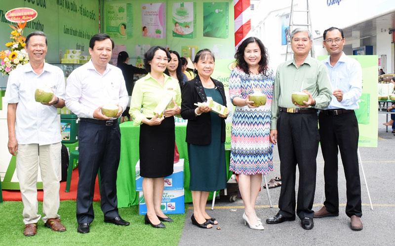 Lãnh đạo UBND tỉnh, UBND TP. Bến Tre và các khách mời đến dùng thử ống hút dừa tại lễ giới thiệu.