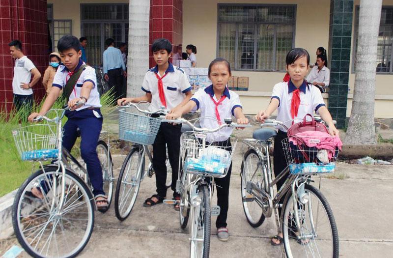 Trẻ em vui bước tới trường.