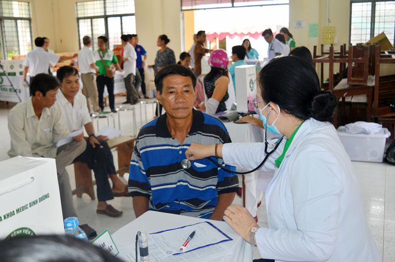 Các y, bác sĩ khám bệnh cho các đối tượng chính sách tại xã Tân Thanh.