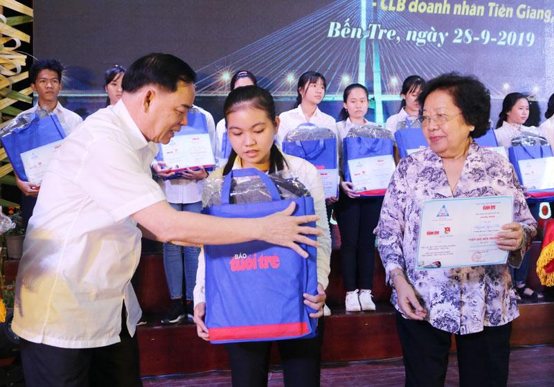 Phó bí thư Thường trực Tỉnh ủy Trần Ngọc Tam trao học học cho tân sinh viên