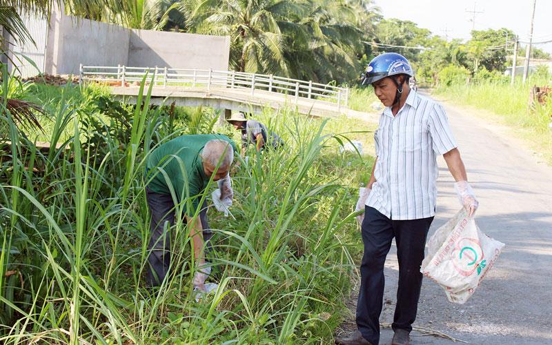 Dọn dẹp, làm sạch đường phố ở ấp Phú Hào.
