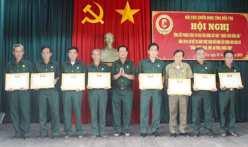 Tỉnh hội trao giấy khen cho các đơn vị có thành tích xuất sắc.