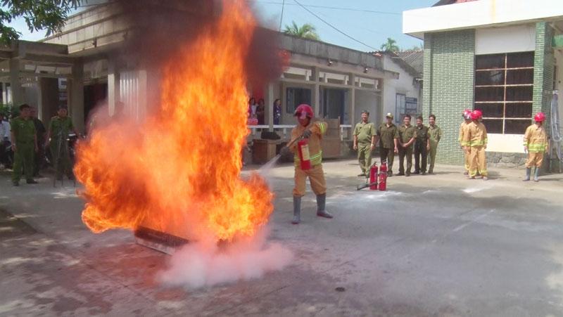 Tập huấn phòng cháy, chữa cháy tại thị trấn Giồng Trôm.