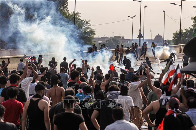 Người biểu tình đụng độ với cảnh sát tại Baghdad, Iraq, ngày 1-10-2019. Ảnh: AFP/TTXVN