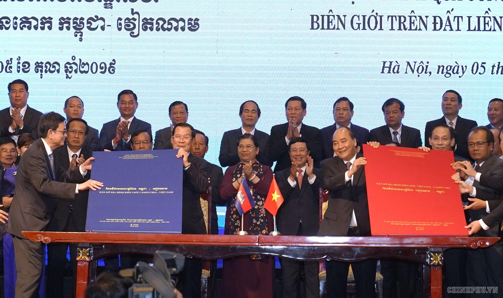 Hai Thủ tướng chứng kiến lễ ký Phụ lục bản đồ đính kèm Nghị định thư phân giới cắm mốc biên giới trên đất liền giữa Việt Nam và  Campuchia. Ảnh: VGP/Quang Hiếu